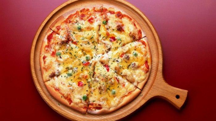 Бездрожжевая пицца с оливками и колбасой