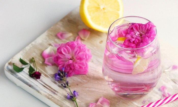 Розовая вода: польза и варианты применения