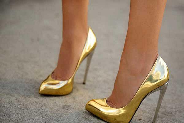 Модная пара: с чем носят золотые туфли?