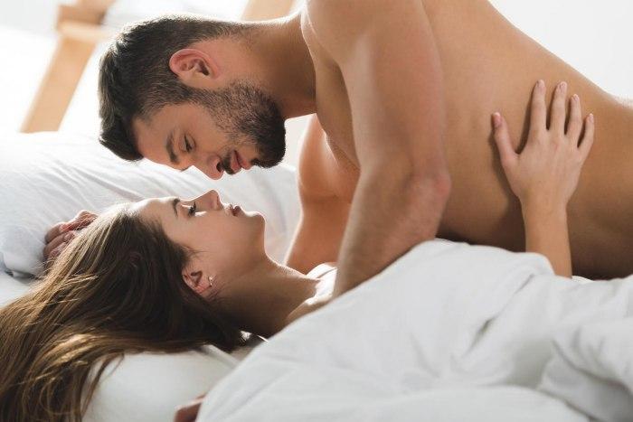 Возбудить партнершу ласками груди и других частей тела: как это сделать?