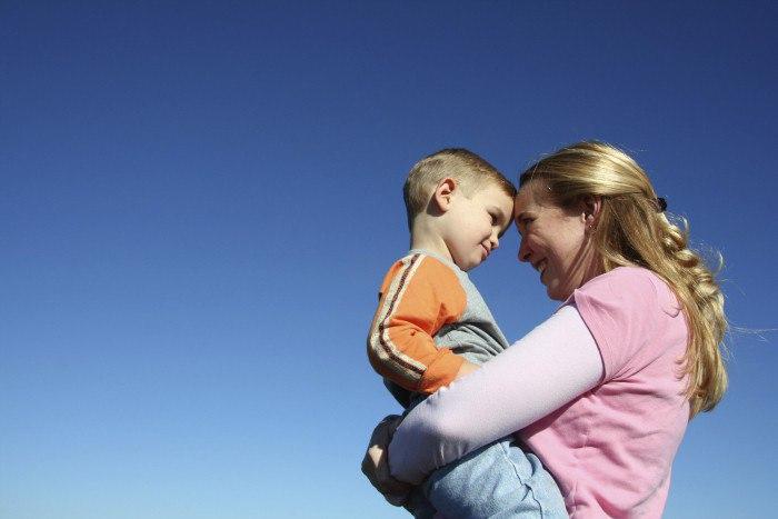 С какими трудностями столкнется незамужняя женщина при усыновлении ребенка?
