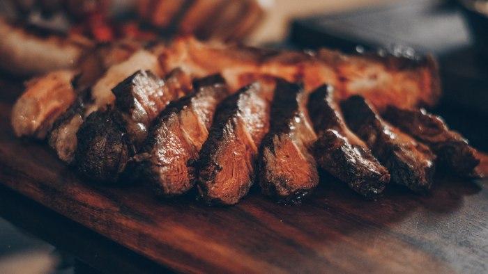 Все о мясе: разбираемся в разновидностях стейков из свинины и говядины