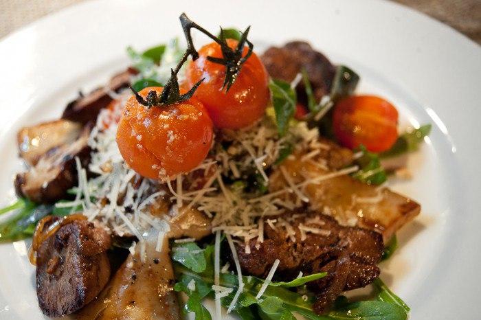 Салат с жареными грибами – универсальное блюдо для повседневного и праздничного меню