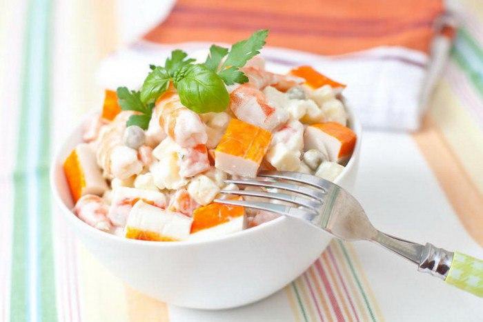 Весенний салат с огурцом и крабовыми палочками