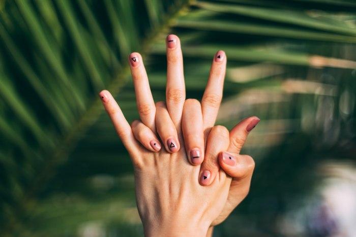 Как очистить грязь под ногтями и защитить свои руки от нее впредь?
