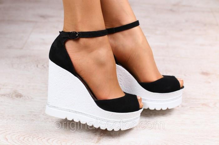 Черные босоножки – обувь, которая всегда в тренде