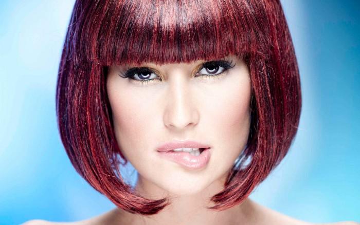 Бордовый цвет волос: кому идет такая смена имиджа и как создать гармоничный образ