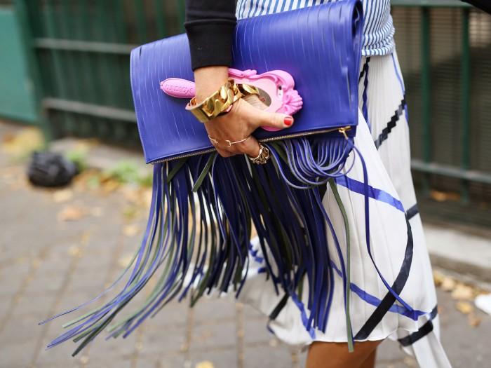 Модная сумка с бахромой: особенности образа со стильным аксессуаром