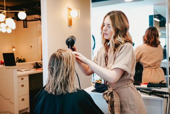 Дарить красоту за достойное вознаграждение: как стать парикмахером?