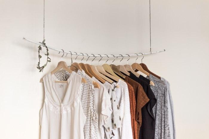 Куда сдать одежду за деньги: как разумно распорядиться устаревшими вещами